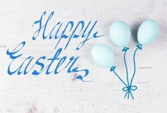 Строка голубых яичек с daffodil Стоковое Фото