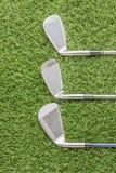 Строка гольф-клуба на траве Стоковая Фотография RF