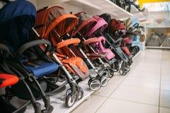 Строка детских сидячих колясок на полке в магазине, никто стоковые фотографии rf