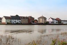 Строка домов плавает вдоль побережья другая сторона дока Марины реки Стоковые Изображения