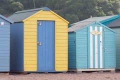 Строка деревянных хат пляжа Стоковая Фотография RF