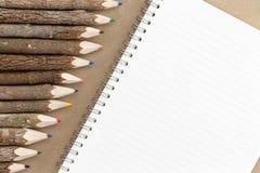Строка естественной покрашенных древесиной crayons карандаша Стоковая Фотография RF
