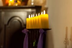 Строка желтых свечей в церков стоковая фотография rf