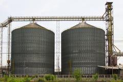 Строка зернохранилищ для хранить пшеница и другие зерна хлопьев, аграрного силосохранилища и, который держат продукции от земледе Стоковые Фото