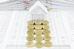 Строка золотых монеток перед домом Стоковые Фотографии RF