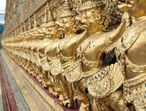 Строка золотых статуй garuda в виске, Бангкоке, Таиланде Стоковое Изображение RF
