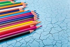 Строка карандаша цвета на деревянной предпосылке Стоковые Изображения