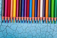 Строка карандаша цвета на деревянной предпосылке Стоковое Изображение RF