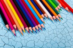 Строка карандаша цвета на деревянной предпосылке Стоковые Фотографии RF