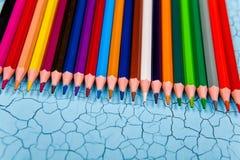Строка карандаша цвета на деревянной предпосылке Стоковая Фотография