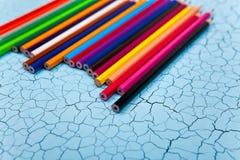 Строка карандаша цвета на деревянной предпосылке Стоковое Изображение