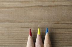 Строка 3 карандашей в красном цвете, желтом цвете и сини Стоковое Изображение