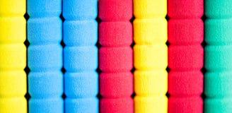 Строка карандашей цвета на серой предпосылке студия Стоковое фото RF