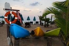 Строка каяка на пляже Стоковые Изображения
