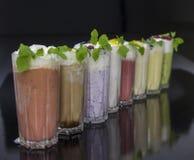 Строка коктеилей парного молока с плодоовощами и ягодами Стоковое Изображение