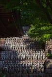 Строка конца-вверх каменных статуй бодхисаттвы Jizo в Камакуре, Японии Стоковое Фото