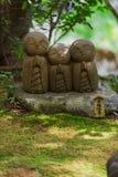 Строка конца-вверх каменных статуй бодхисаттвы Jizo в Камакуре, Японии Стоковое фото RF