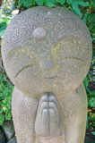 Строка конца-вверх каменных статуй бодхисаттвы Jizo в виске Hase-dera Стоковое Изображение RF