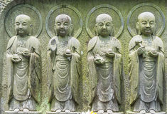 Строка конца-вверх каменных статуй бодхисаттвы Jizo в Камакуре, Японии Стоковая Фотография