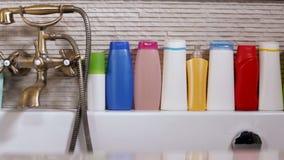 Строка косметических продуктов на оправе ванны видеоматериал
