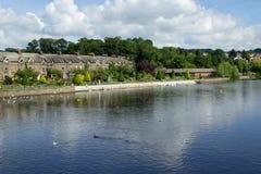 Строка коттеджей вдоль реки Wharfe стоковая фотография