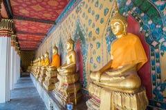 Строка красивого сидя Buddhas на виске в Бангкоке, Таиланде стоковое изображение