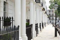 Строка красивых белых edwardian домов, Лондон Стоковая Фотография