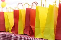 Строка красных и желтых сумок Стоковые Фото