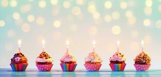 Строка красочного пирожного с свечами Стоковое фото RF