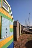 Строка красочных деревянных хат вдоль набережной в Whitstable, Великобритании Стоковое Изображение RF