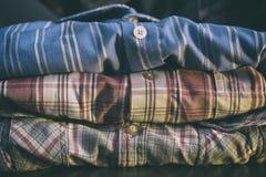 Строка красочных рубашек человека стоковые фотографии rf