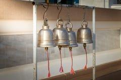 Строка крупного плана золотых колоколов Стоковая Фотография
