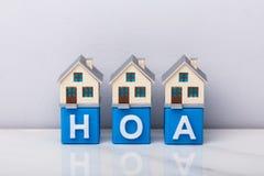Строка моделей дома на блоках HOA кубических стоковое фото rf
