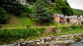 Строка домов наряду с восточным рекой Lyn в Lynmouth Стоковое фото RF