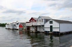 Строка домов шлюпки на озере Стоковые Изображения
