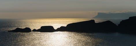 Строка островов от побережья антрима, Carrick-a-Rede Стоковые Изображения RF