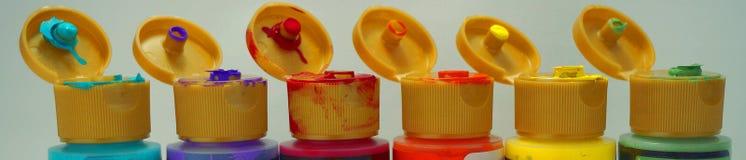 Строка открытых бутылок краски различных цветов Стоковые Изображения RF
