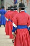 Строка охранников в старых традиционных формах солдата в старой королевской резиденции, Сеуле, Южной Корее Стоковые Изображения