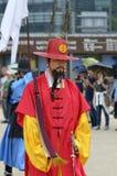 Строка охранников в старых традиционных формах солдата в старой королевской резиденции, Сеуле, Южной Корее Стоковая Фотография