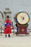 Строка охранников в старых традиционных формах солдата в старой королевской резиденции, Сеуле, Южной Корее Стоковые Фотографии RF