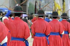 Строка охранников в старых традиционных формах солдата в старой королевской резиденции, Сеуле, Южной Корее Стоковая Фотография RF