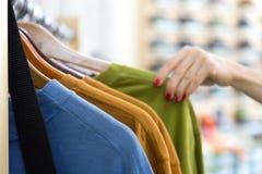 Строка одеяния лета сезонных и руки клиента в магазине Стоковые Изображения