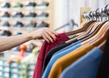 Строка одеяния лета сезонных и руки клиента в магазине Стоковое Изображение
