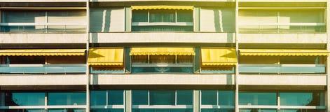 Строка панорамного знамени широкая балконов при раскрытый тент Стоковая Фотография RF