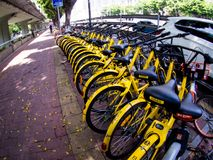 Строка парка много велосипедов на улице в Гуанчжоу, Китае Стоковое Фото