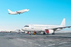 Строка пассажирского самолета, самолет припарковала на обслуживании перед отклонением на авиапорте Одно воздушное судно принимает стоковое изображение