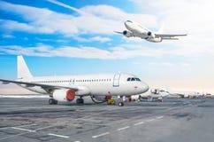 Строка пассажирского самолета, самолет припарковала на обслуживании перед отклонением на авиапорте Одно воздушное судно принимает стоковые фотографии rf