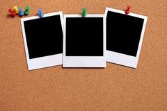 Строка 3 печатей фото поляроида прикалыванных к пробковой доске, космосу экземпляра Стоковые Изображения RF