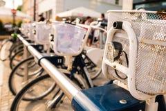 Строка припаркованного года сбора винограда bicycles велосипеды для ренты на тротуаре Велосипед Стоковые Изображения