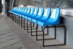 Строка пустых голубых стульев снаружи Стоковые Изображения RF